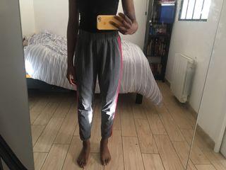 Pantalon avec bandes rouges