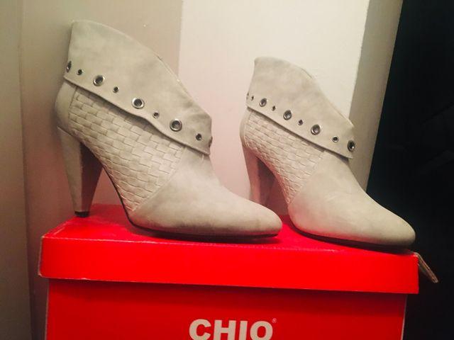Zapato tipo botín color gris con tacón