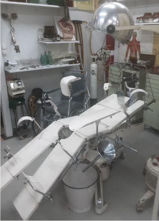 Mesa quirúrgica para operaciones. Años 60.Conjunto