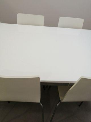 Mesa blanca 180 de largo y 90 de ancho