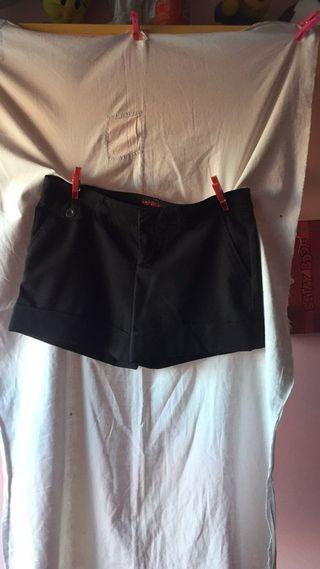 Pantalón corto marrón.