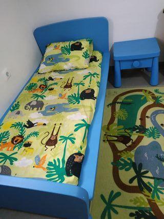 cama para niño y mesita