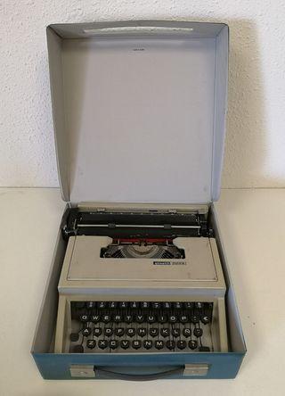 Antigua máquina de escribir OLIVETTI DORA