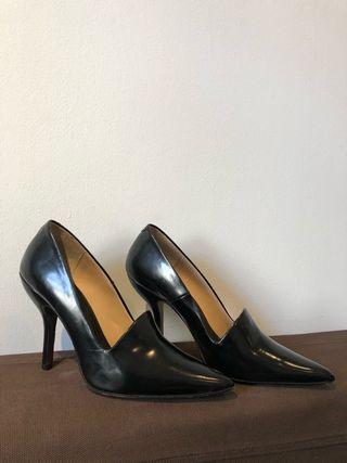 Zapatos salón negros tacón de aguja Bimba y Lola