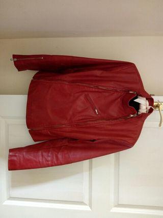 chaqueta roja de cuero de mujer.