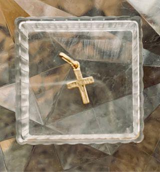 Colgante cruz pequeño de oro