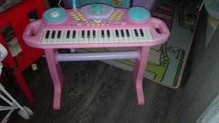 Piano con taburete y microfono