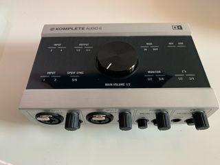 Komplete Audio 6 + UDG Case