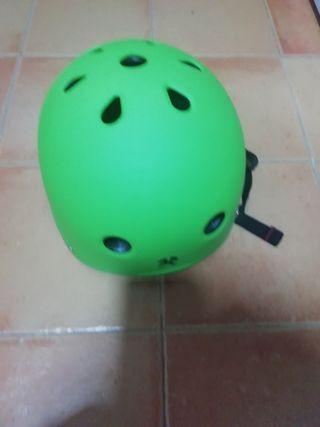 casco y set de 3 protectores de patines