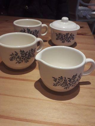 Juego de té para 2. Azucarera y tetera.