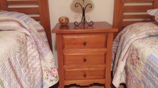 Dormitorio dos camas de madera