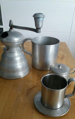 Lote Molinillo antiguo, jarra y 2 cafeteras
