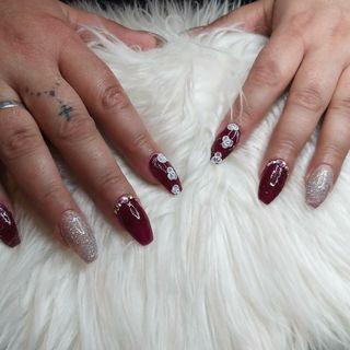 pestañas y uñas acrílicas