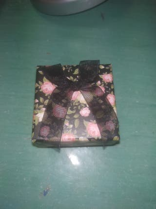 caja marrón flores