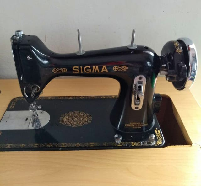Maquina de coser antigua Sigma con mueble de segunda mano