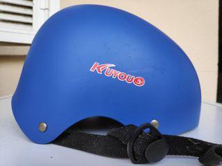 Dos cascos de patinete o bici.