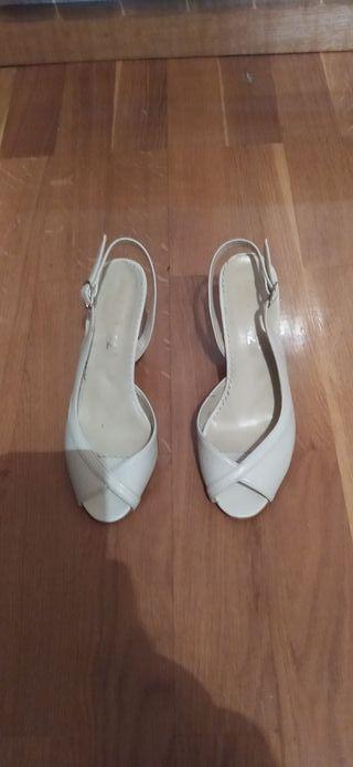 Zapatos blancos de tacón.