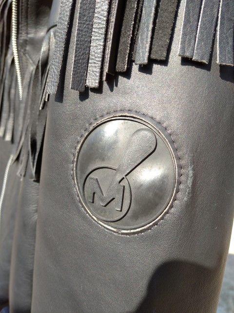 Excelente chaqueta acolchada de cuero con flecos