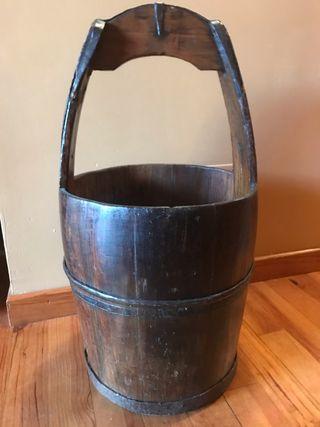 Cubo antiguo de madera