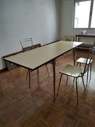 mesa y dos sillas más dos taburetes..