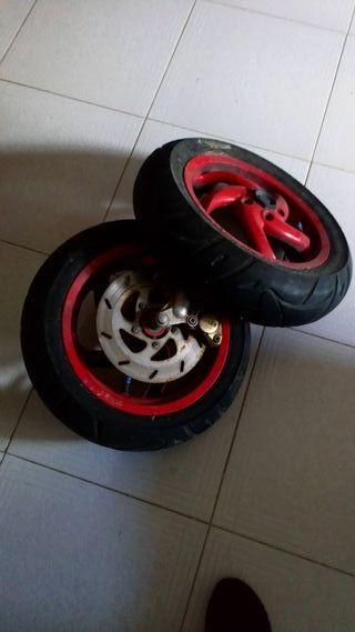 llantas con neumáticos y freno brembo