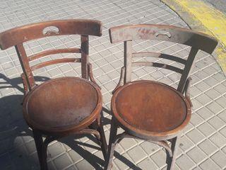 Dos sillas antiguas de madera para restaurar sin p