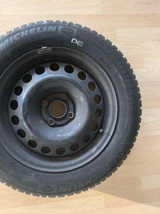 2 ruedas con neumáticos nuevos