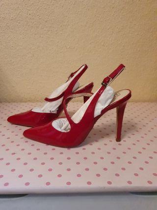 Zapatos nuevos de piel con tacón de aguja talla 39