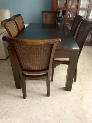 Mesa y sillas estilo colonial