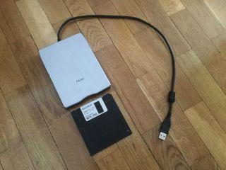Disquetera portatil USB marca TEAC
