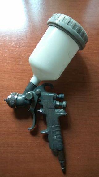 Pistola Sagola y repuestos varios.