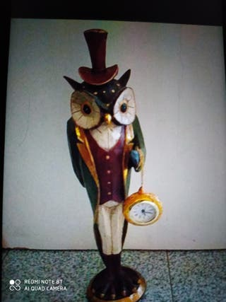 búho relojero en madera