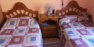 Dormitorio rústico de madera con dos camas