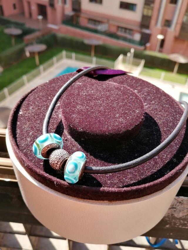 collar de cuero con tres Charms original pandora