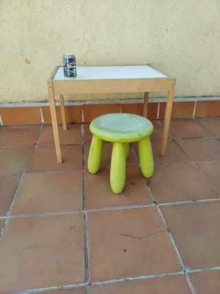 Mesa escritorio infantil y taburete Ikea.