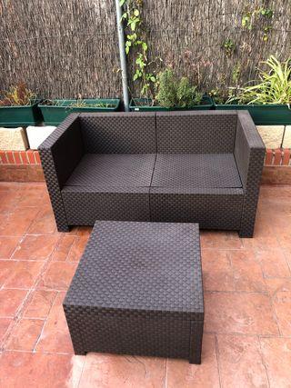 Sofá dos plazas y mesa