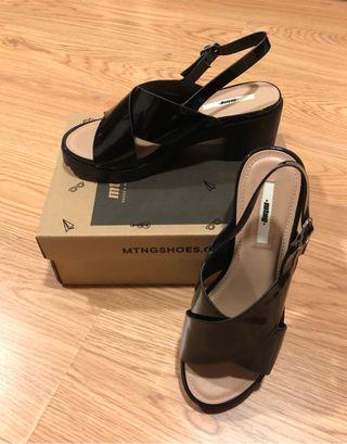 Sandalias de charol negras con plataforma