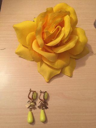 Flor y pendientes flamenco en amarillo