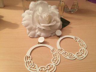 Pendientes y flor blanco de flamenco