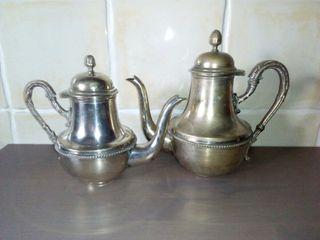 Dos teteras / cafeteras antiguas plateadas