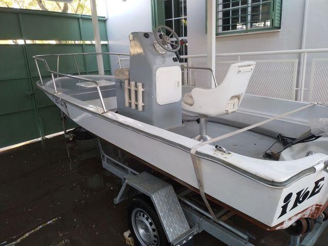 Barco de fibra marca Boston Whaler modelo Montauk