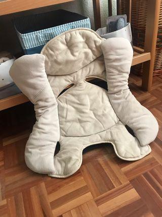 Cojin reductor para silla de bebé.