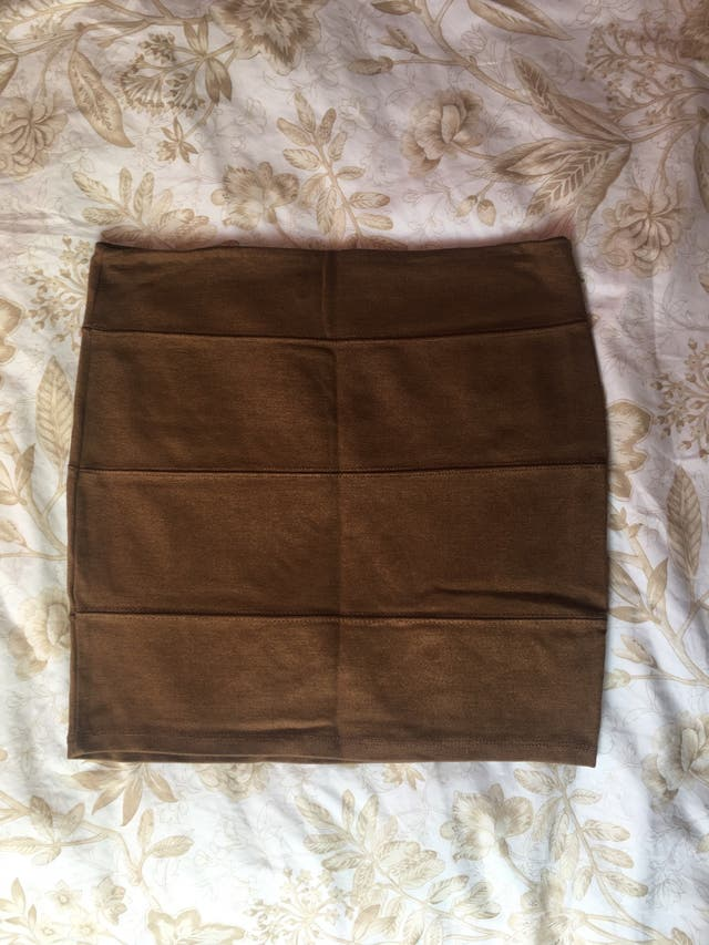 Falda corta pegada marrón Stradivarius S