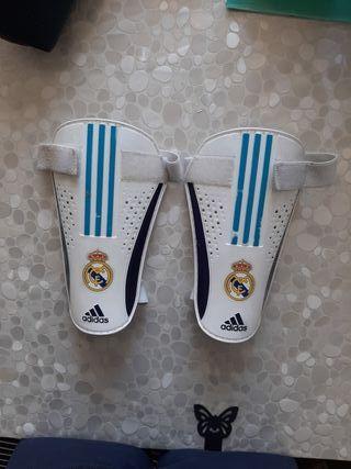 Espinilleras niño marca Adidas con escudo Real M.