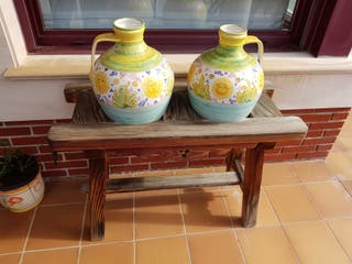 Vasijas con soporte de madera