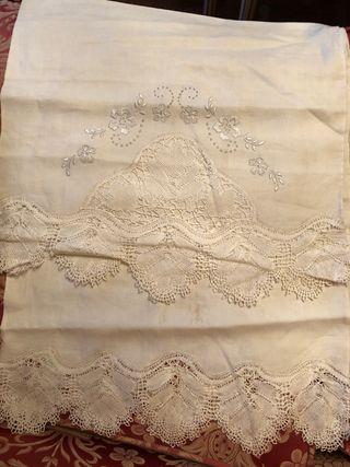 Sabana superior y almohada bordada a mano hilo