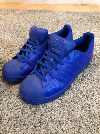 Bambas adidas azules edición con Pharrel Williams