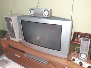 conjunto de tele y altavoces