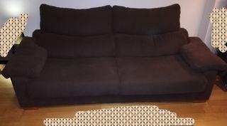 sofá marrón con banquetas deslizantes.