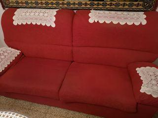 Sofa de 3 plazas, con 5 sillas a juego.